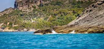 Costa e iglesia salvajes, Samos, Grecia Foto de archivo libre de regalías