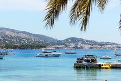 A costa e os iate na ilha de Mallorca Foto de Stock