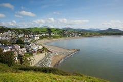 Costa e praia BRITÂNICAS nortes da cidade de Criccieth Gales no verão Imagem de Stock
