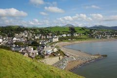 Costa e praia BRITÂNICAS nortes da cidade de Criccieth Gales no verão Imagens de Stock