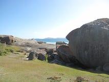 Costa e spiaggia rocciose australiane con le rocce giganti Fotografie Stock Libere da Diritti