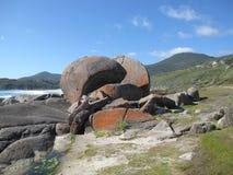 Costa e spiaggia rocciose australiane con le rocce giganti Fotografia Stock