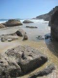 Costa e spiaggia rocciose australiane con le rocce giganti e le piante indigene Immagini Stock Libere da Diritti