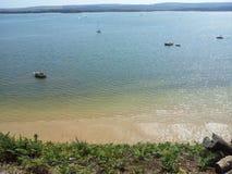 Costa e spiaggia soleggiate fotografie stock libere da diritti