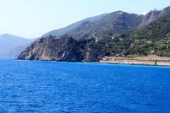 Costa e vila Corniglia de Cinque Terre e mar Mediterrâneo rochosos Fotos de Stock Royalty Free