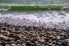 Costa ed onde di mare fotografia stock