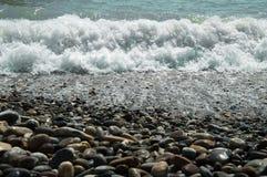 Costa ed onde di mare immagini stock libere da diritti