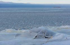 Costa, el golfo de Finlandia, hielo, invierno, nieve, Kotlin, Kronstadt, Ru Foto de archivo