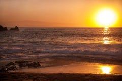 Costa en la puesta del sol fotografía de archivo