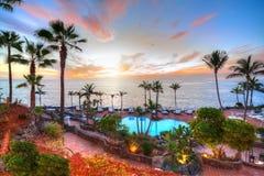 Costa en la puesta del sol en vacaciones de verano, Tenerife de Adeje foto de archivo