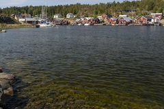 Costa en primero plano y un pequeño pueblo pesquero en backgroun foto de archivo libre de regalías