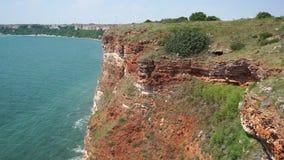 Costa escarpada del Mar Negro cerca del cabo de Kaliakr en Bulgaria almacen de video