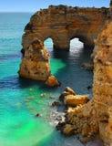 Costa excitante do Algarve das ilhas da praia dos penhascos, Portugal Fotos de Stock