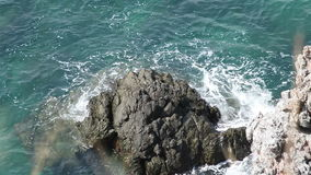 Costa extrema de la onda y de la roca metrajes