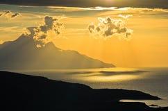 Costa griega del Mar Egeo en la salida del sol cerca de la montaña santa Athos Foto de archivo libre de regalías