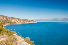 Costa costa griega del mar, paisaje marino Fotos de archivo