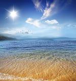 Costa hermosa con agua cristalina tranquila Fotos de archivo libres de regalías