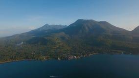 Costa costa hermosa de la visión aérea en la isla tropical con la playa volcánica de la arena Isla Filipinas de Camiguin Imagen de archivo libre de regalías