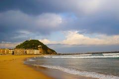 Costa hermosa en San Sebastián y cielo en las nubes Imágenes de archivo libres de regalías