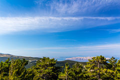 Costa hermosa y mar adriático con agua azul transparente cerca de Senj, Croacia Imagenes de archivo