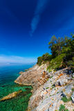 Costa hermosa y mar adriático con agua azul transparente cerca de Senj, Croacia Fotografía de archivo