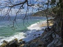 Costa irregolare con la spiaggia di rifugio immagine stock libera da diritti