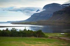 Costa islandesa del fiordo Fotos de archivo
