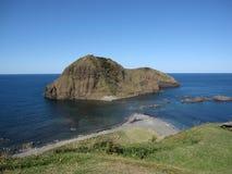 Costa japonesa do beira-mar com ilha rochosa e água do mar azul foto de stock royalty free