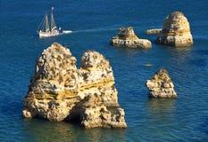 Costa Lagos do Algarve e barco, Portugal Imagens de Stock