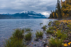 Costa luxúria do lago que negligencia montanhas snowcapped fotografia de stock royalty free