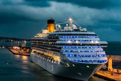 Costa Magica Cruise Ship machte im Hafen des Kreuzfahrt-Hafens Civitavecchia/Rom in Italien fest stockfotografie