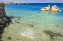 A costa a mais bonita de Apulia: ` Orso Bay de Torre Dell, ITÁLIA imagem de stock royalty free
