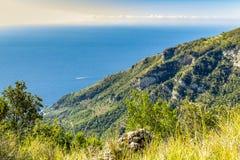 Costa mediterrânea em Amalfi em Itália As vistas do trajeto dos deuses caminham fotos de stock