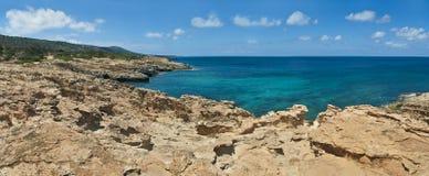 Costa mediterranea del calcare il giorno soleggiato Immagini Stock