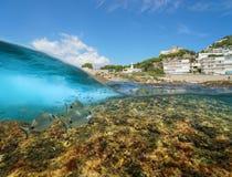 Costa Mediterranea della Spagna con le costruzioni ed il mare subacqueo del pesce fotografia stock libera da diritti