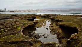 Costa na maré baixa e cidade, Gran canaria Foto de Stock