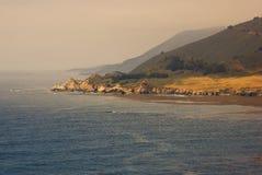 Costa nevoenta de Califórnia no por do sol Fotografia de Stock