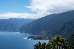 A costa noroeste onde as montanhas no norte da ilha de Madeira encontram o Oceano Atlântico Imagens de Stock