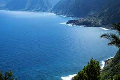 A costa noroeste onde as montanhas no norte da ilha de Madeira encontram o Oceano Atlântico Imagem de Stock Royalty Free