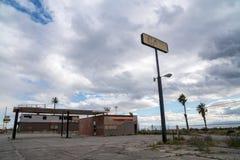 Costa norte, Califórnia: Posto de gasolina abandonado saido para deteriorar no deserto, ao longo da estrada 111 perto do mar de S imagens de stock
