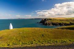 Costa oeste de País de Gales cerca de Porthgain Imagenes de archivo