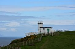 Costa para costear o caminho que passa pela estação da guarda costeira em Inglaterra imagens de stock royalty free