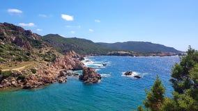Costa Paradiso en la costa septentrional de Cerdeña fotografía de archivo
