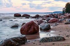 Costa pedregosa de la tarde del otoño del mar Báltico Foto de archivo libre de regalías