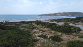 Costa pedregosa hermosa del mar Mediterr?neo en Grecia en d?a soleado Granangular imagen de archivo