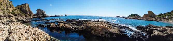 Costa pedregosa hermosa del mar Mediterr?neo en Grecia en d?a soleado Granangular fotografía de archivo