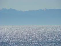 A costa pitoresca do Lago Baikal de água doce foto de stock