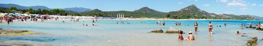 Costa Rei Italien - Augusti 25: Oidentifierat folk i strand Arkivfoton