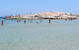 Costa Reja Włochy, Sierpień, - 25: Niezidentyfikowani ludzie w plaży Zdjęcie Stock