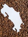 Costa Rica översikt i vit och bakgrund med rostade kaffebönor arkivbilder
